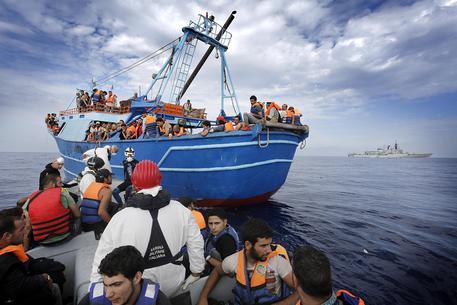 Profughi di origine Siriana a bordo di un barcone alla deriva © ANSA