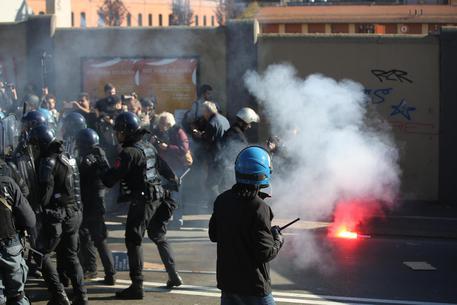Gli scontri a Bologna © ANSA
