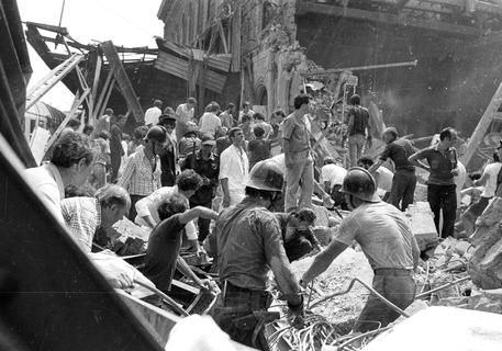 Il recupero delle salme della strage di Bologna del 2 agosto 1980, in una foto d'archivio © ANSA