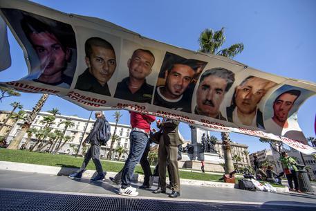 I parenti dei sette operai morti nel rogo del dicembre del 2007 davanti alla Cassazione con degli striscioni il 23 aprile 2014 © ANSA