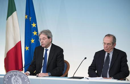 Il premier Gentiloni ed il ministro dell'Economia Padoan a Palazzo Chigi © ANSA