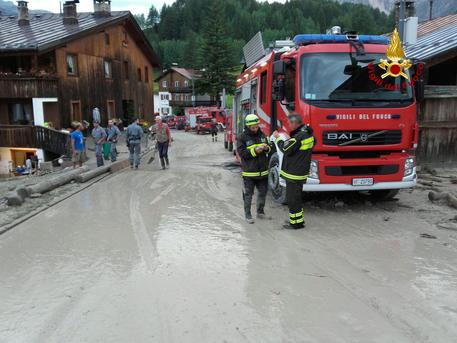 Vigili del fuoco al lavoro a Cortina © Ansa