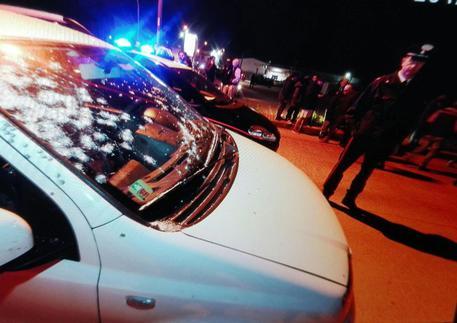 Un'auto crivellata di colpi sparati da Davide Mango dal balcone della sua abitazione a Bellona (Caserta) © ANSA