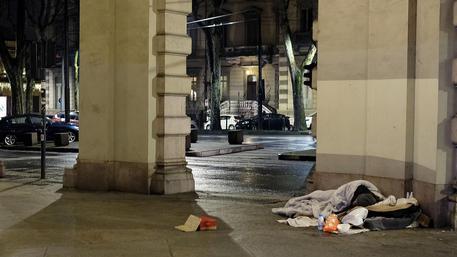 Clochard in strada (Foto Archivio) ©