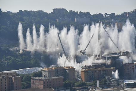 Il Ponte Morandi sotto le cariche esplosive © ANSA
