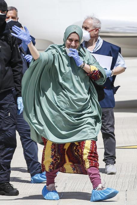 Silvia Romano col 'l'jilbab', l'abito delle donne somale - Cronaca ...