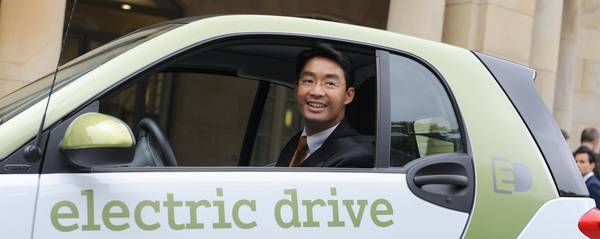 Il ministro dell'economia tedesco, Philipp Roesler, al volante di un'auto elettrica