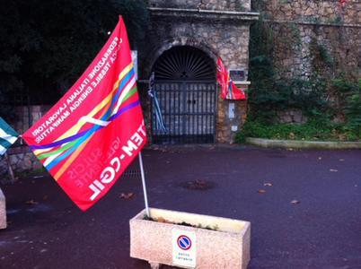 La bandiera del sindacato davanti all'ingresso murato dai lavoratori ex Rockwool, chiusi denti