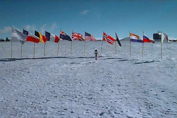 Kutub Selatan dikelilingi oleh bendera negara-negara yang menjajahnya