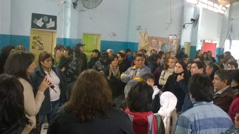 Dialogo entre padres y madres y la Delegada zonal de Educacion. Foto: Paola Arias