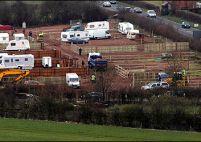 65 de romi şi-au ridicat o tabără în apropierea casei ministrului culturii britanic Tessa Jowell