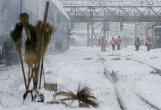 Trenuri blocale şi localităţi fără energie electrică, din cauza căderilor de zăpadă 16