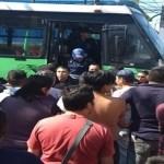 Policías evitan linchamiento de chofer de microbús en Iztapalapa