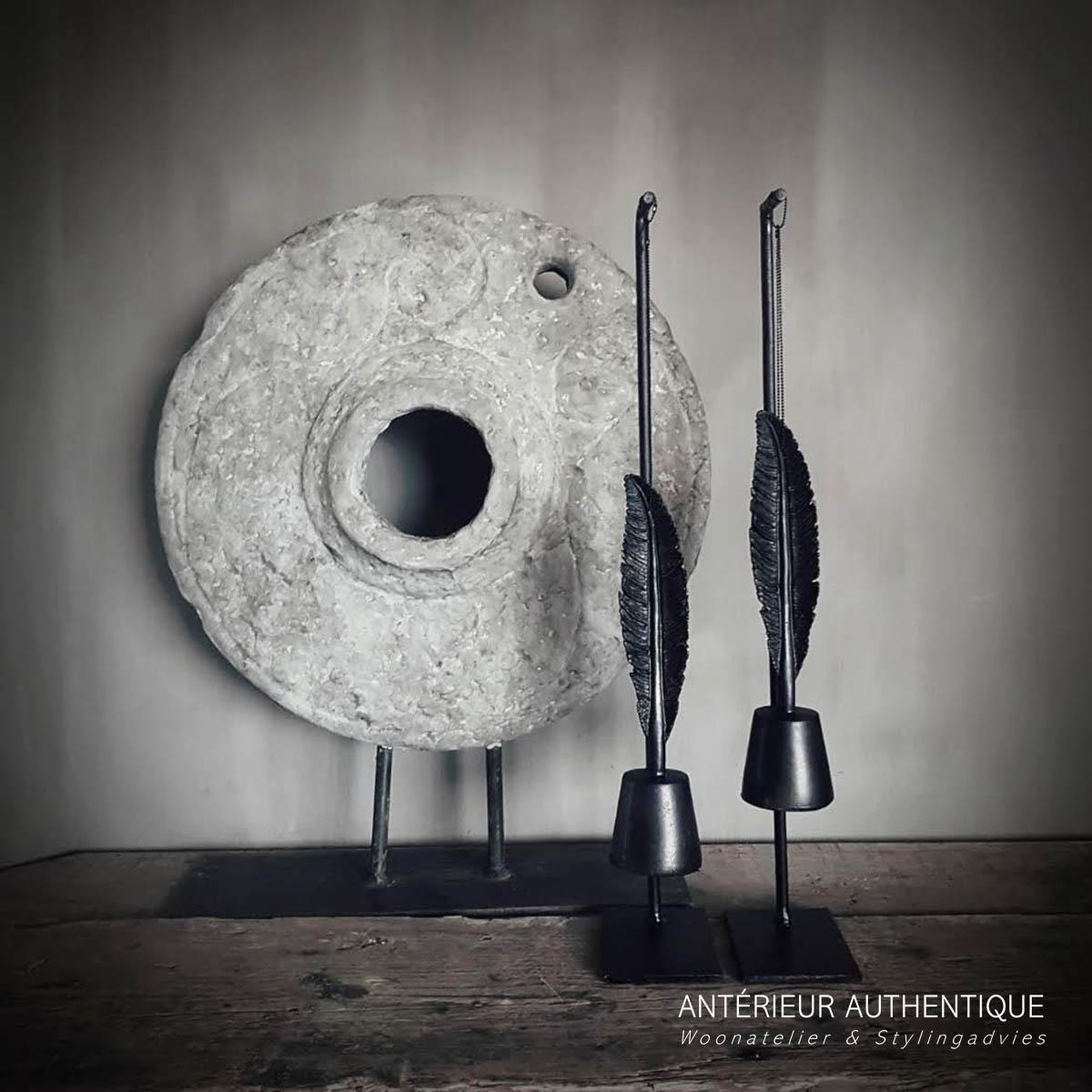 Afbeelding van set-up hanger met veer voor molensteen ornament op schouw voor gebruik in de Antérieur Authentique webshop