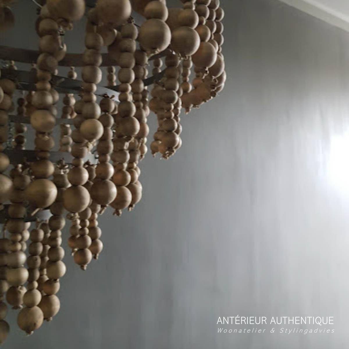Afbeelding van hanglamp kralen met nadruk op de kralenkettingenvoor webshop van Antérieur Authentique