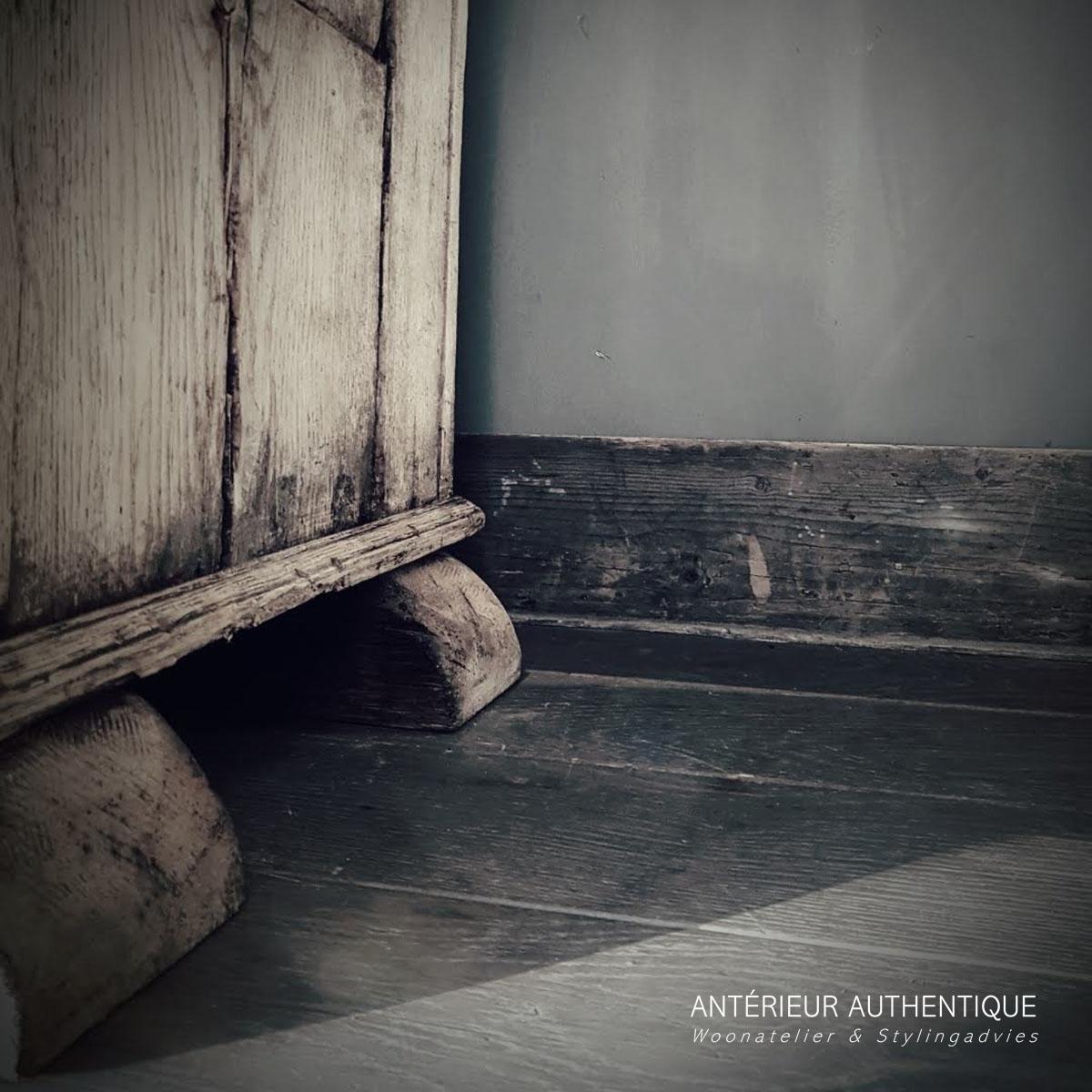 Productafbeelding van kastje oud eiken (voetgedeelte) voor illustratie in Antérieur Authentique webshop