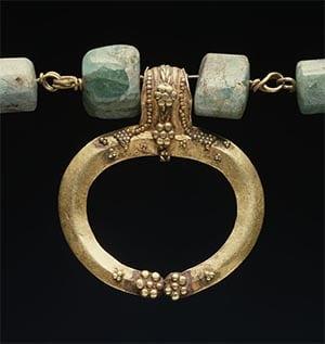 Lunula romana luna invertida amuleto