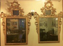 Rara copia di specchiere in legno scolpito e dorato