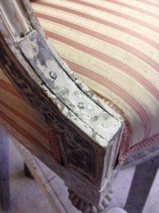 Lagningen med järnplåt, jag låter den vara kvar som en del av stolens historia