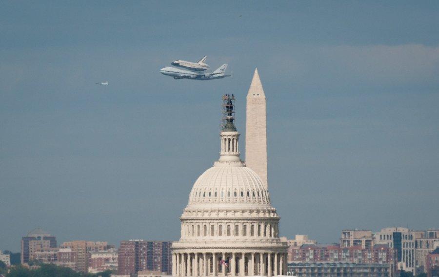 Το διαστημικό λεωφορείο Discovery, τοποθετημένο πάνω σε ένα τροποποιημένο Boeing 747, πετά κοντά στο Καπιτώλιο των ΗΠΑ στις 17 Απριλίου. Το Discovery βρίσκετια τώρα στο Εθνικό Μουσείο Αεροπορίας και Διαστήματος στην Ουάσινγκτον.