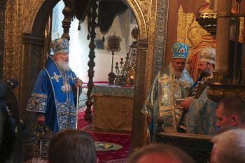 Patriarch Kirill presenting the reliquary to Bishop Nicholas as Archbishop Niphon translates