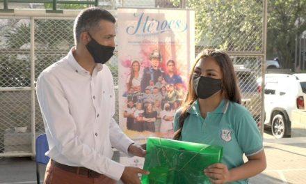 Entrega de kits escolares en Envigado
