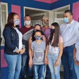 Una familia campesina recibió su vivienda en Marinilla