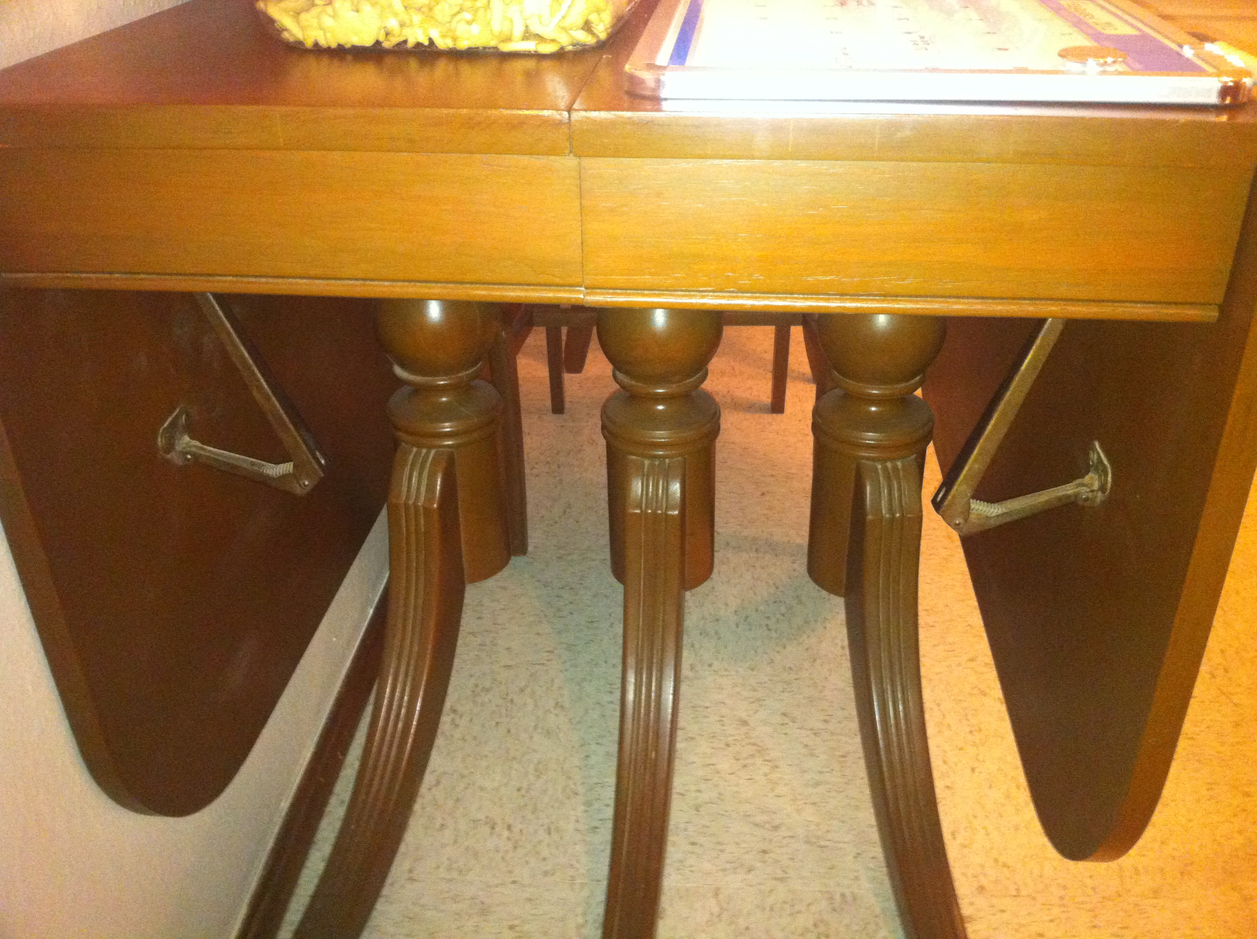Duncan Phyfe Table With 2 Leaves And 4 Chairs For Sale