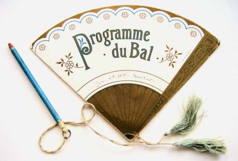 Tarjeta de compromisos del Program du Bal del 11 de enero de 1887, publicada por MW & Co Ltd. Dentro de esta tarjeta de baile, que se abre en forma de abanico, como se muestra a continuación.  Después del evento, la tarjeta se guardó como recuerdo de la velada, quizás encontrando un lugar en el álbum del salón de la dama.