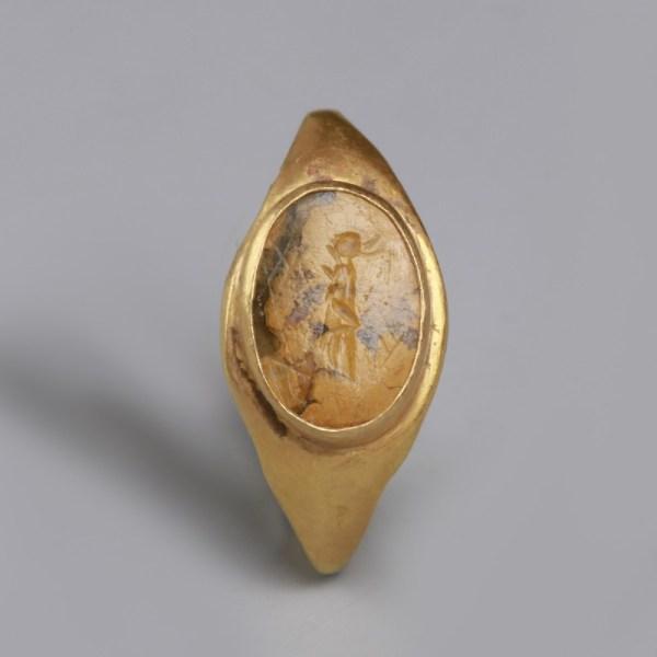 Roman Gold Ring with Victoria Intaglio