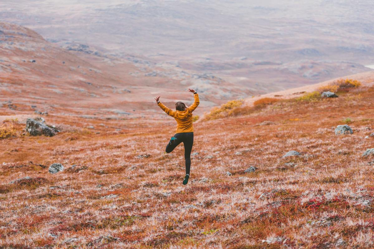 Vandring genom arktisk öken på Grönland