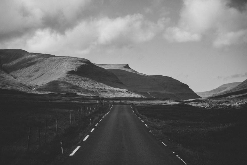 Svartvitt tidvatten vid Saksun på Färöarna