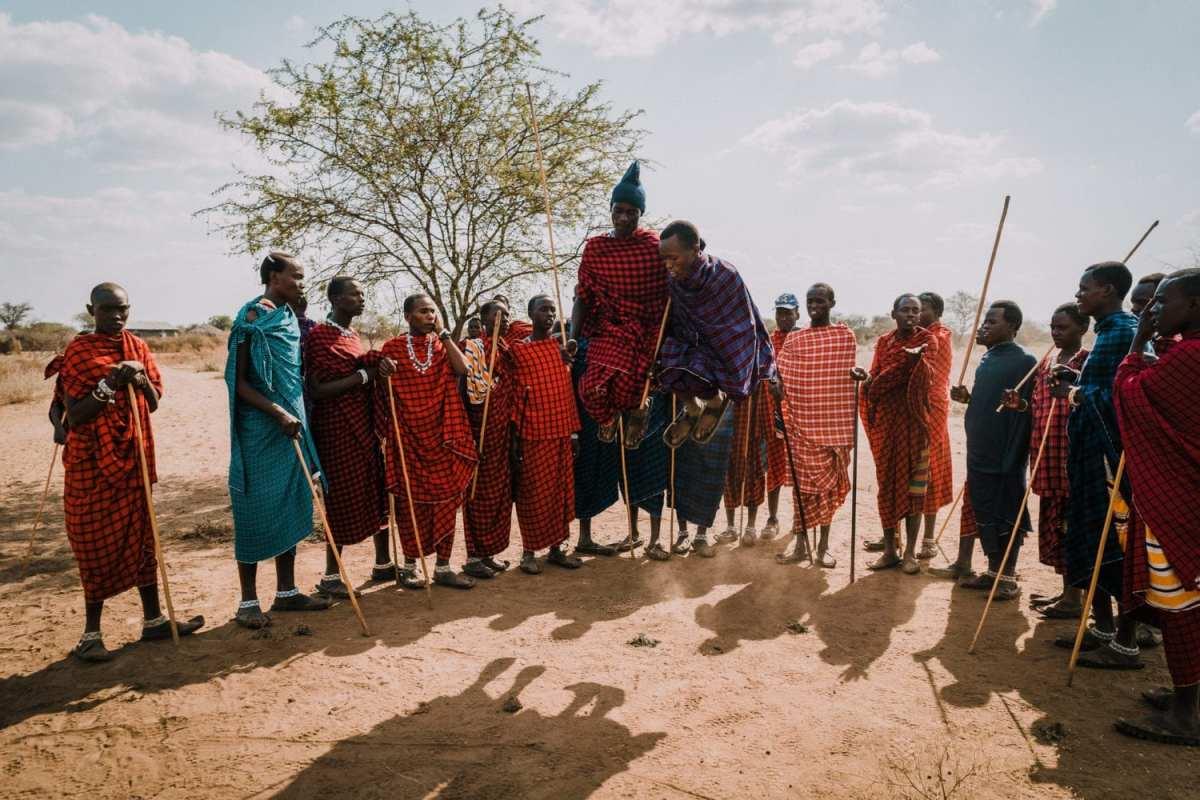 jeunes massaïs qui dansent