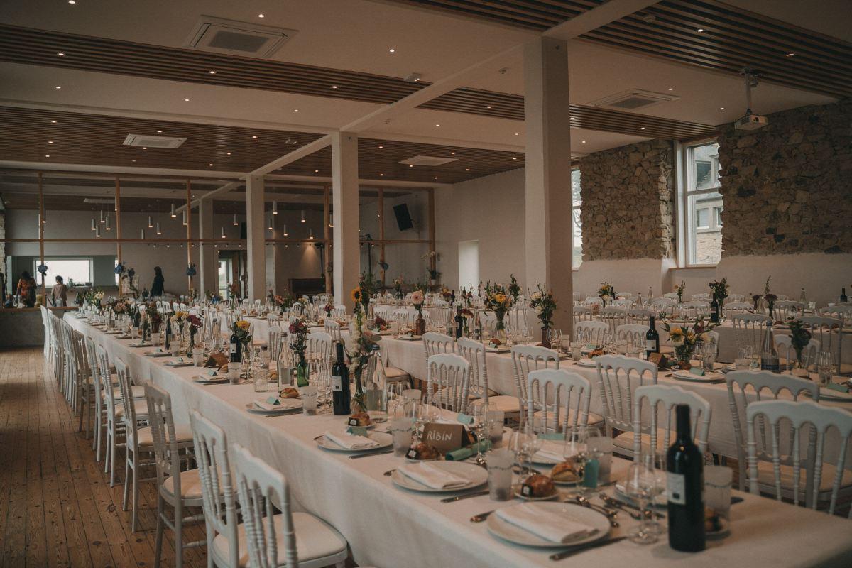 Tables salle à manger à la Colonie de Trézien Plouarzel Bretagne Photo de mariage à la Colonie de Trézien à Plouarzel - Photographe de mariage à Brest - Antoine B