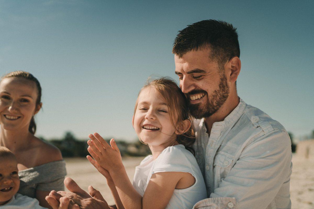 Photo de famille enfants et parents au bord de la mer sur la plage en Bretagne - Photographe pro studio photoà Brest et Quimper