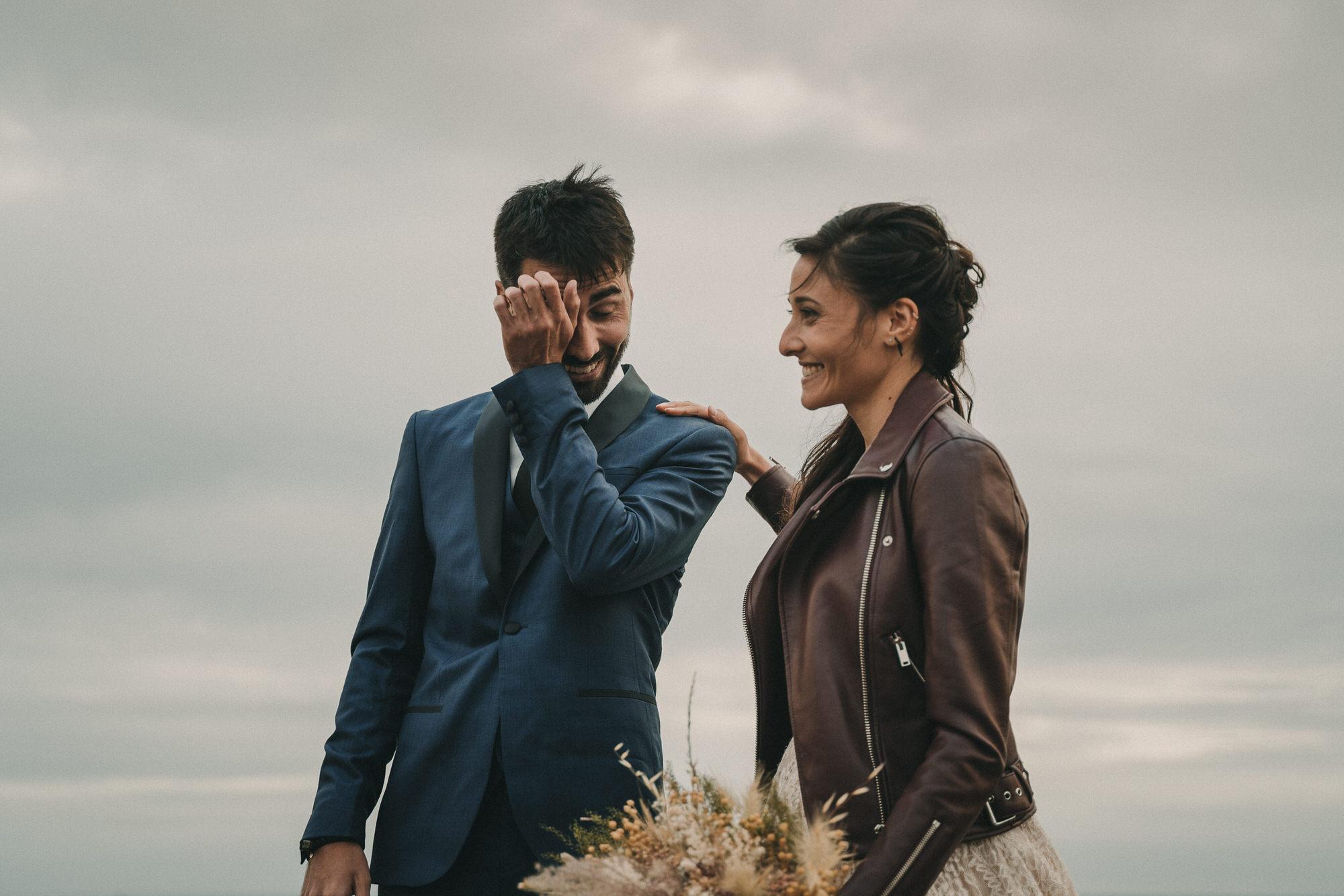 Union mariage sauvage Photo de mariage intime élopement sur une falaise à Brest en Bretagne par photographe pro Finistère