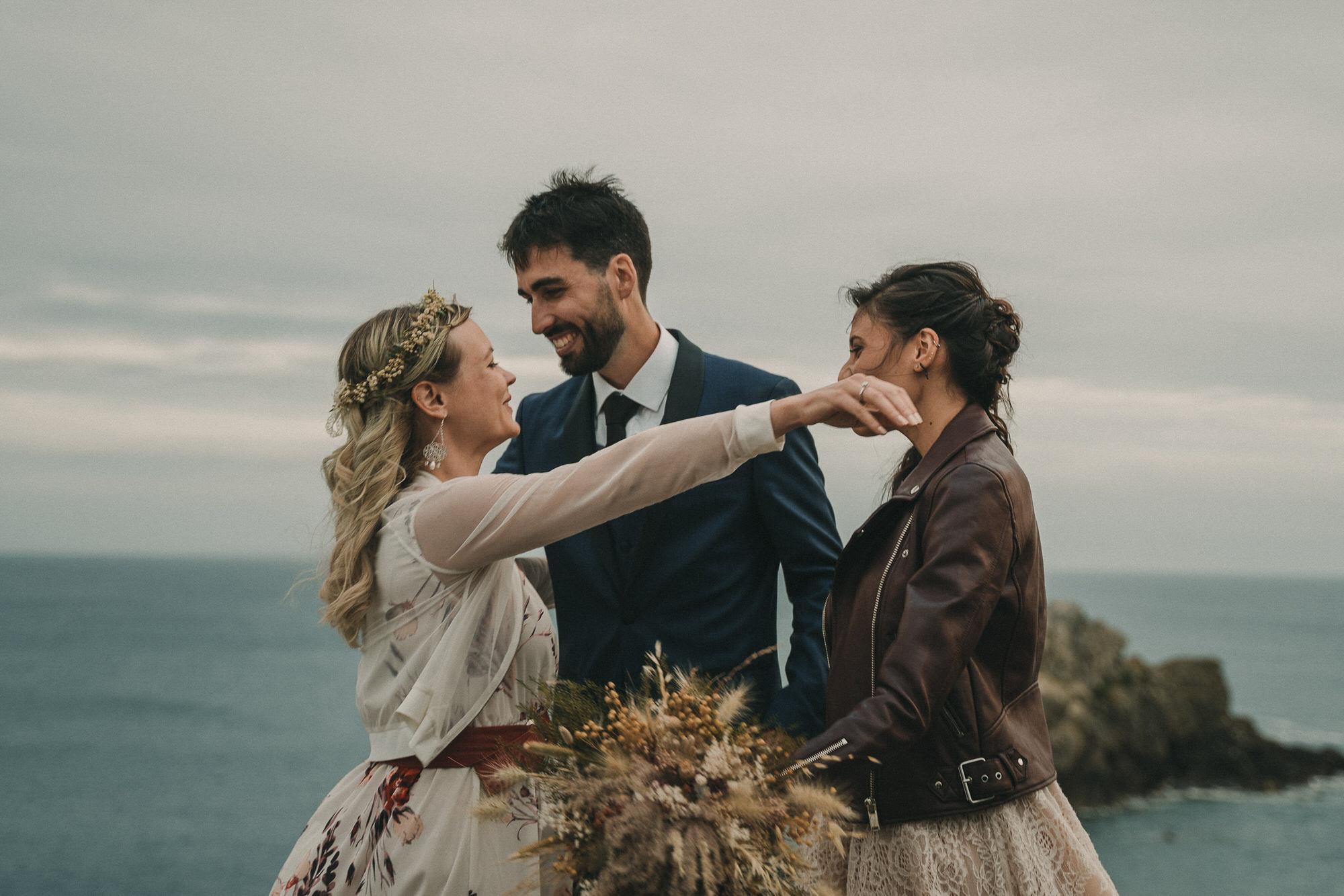 Photo de mariage intime élopement sur une falaise à Brest en Bretagne par photographe pro Finistère