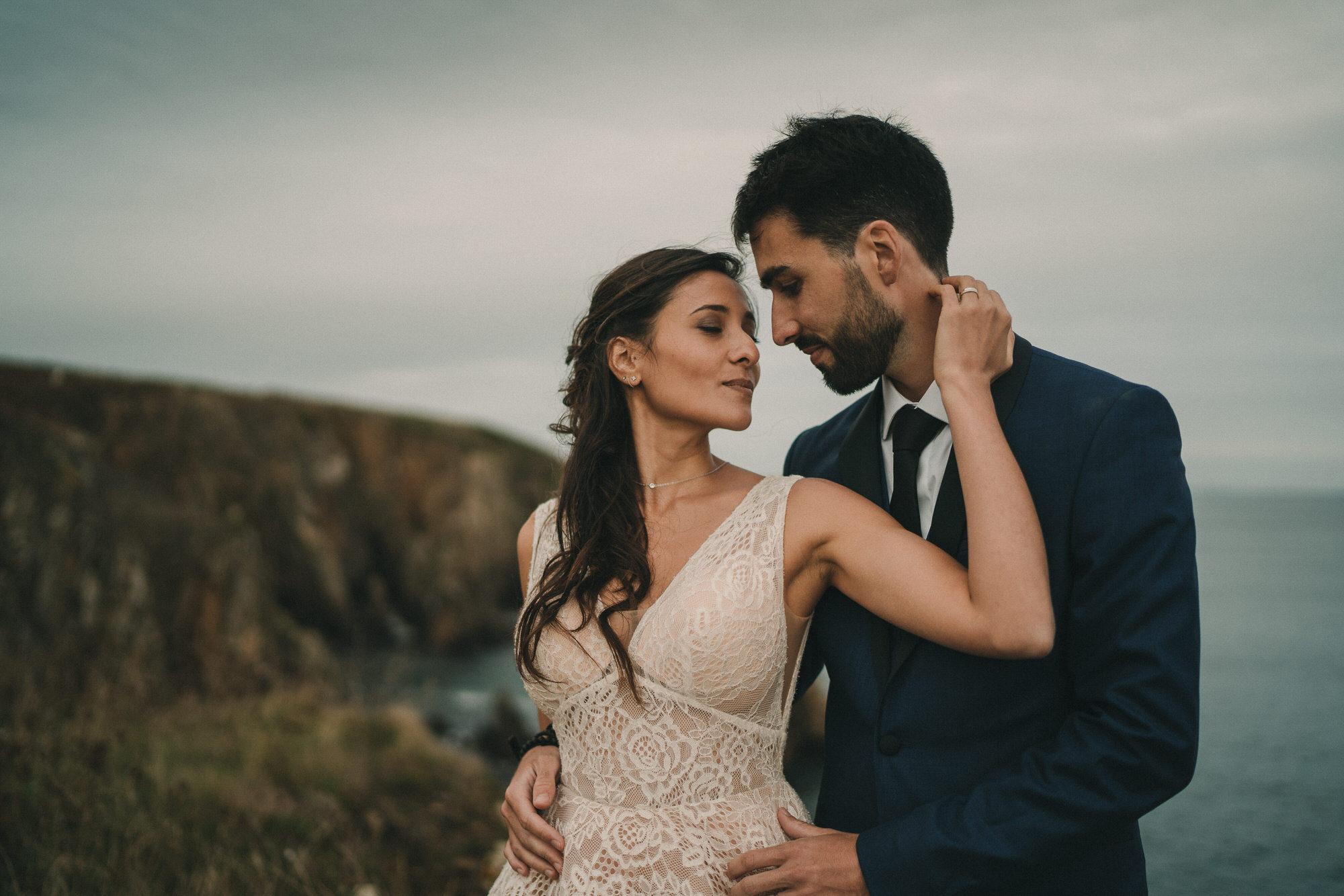 Photo de mariage intime élopement sur une falaise à Plougonvelin en Bretagne par photographe pro Finistère