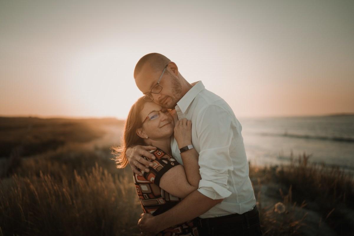coucher de soleil et couple sur la plage à Lampaul Ploudalmézeau dans le finistère en bretagne