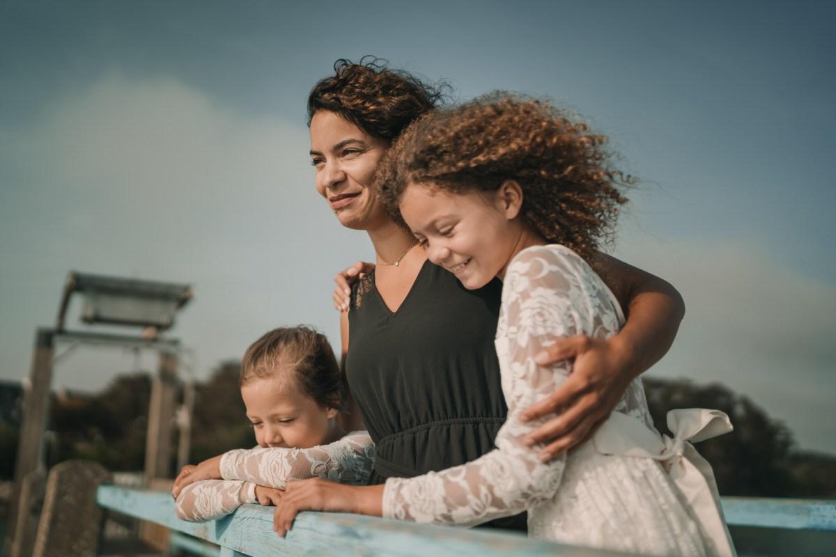 une maman et ses filles au port du conquet