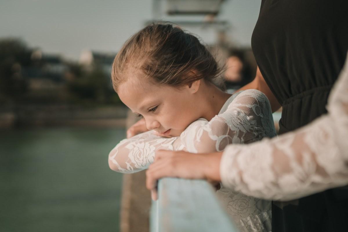 petit fille sur un pont