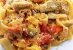 Fettuccine con gambi di carciofi e salsiccia