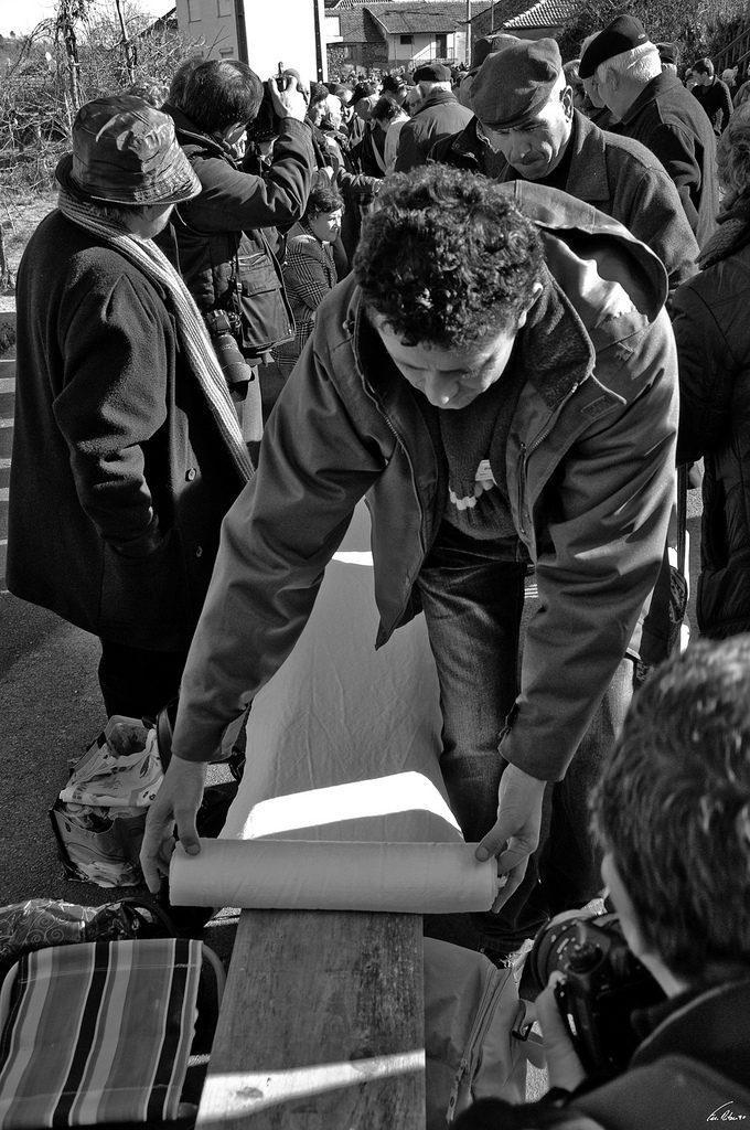 Estendendo a toalha de linho. Foto por Fernando DC Ribeiro.