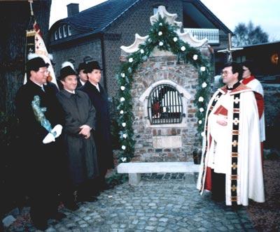 auf dem Foto links: Hauptmann Hermann Toonen †, Pfleger des St. Tönnes-Hüske Helmut Stenmans, zum Teil verdeckt Fahnenoffizier Josef Humm, Präsident Rudi van Bühren rechts: Präses Pastor Alois van Doornick