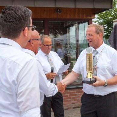 Wolfgang Toonen von der St. Antonius-Schützen-gilde siegte beim Präsidentenpokal. Der Stadtbundschießmeister Stefan Hoenmanns übergab den Pokal