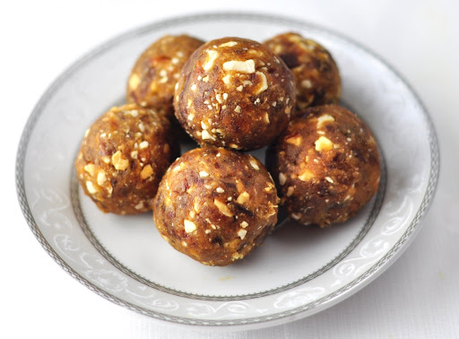 DATES AND NUTS LADOO (A HEALTHY DESSERT IN 3 MINS)