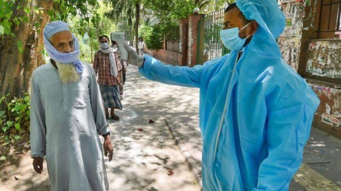 27 अप्रैल को दिल्ली में एक व्यक्ति ने अपना तापमान जांचा
