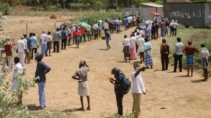 गुरुवार को चेन्नई, तमिलनाडु में एक शराब की दुकान से शराब खरीदने के लिए लोग लाइन में लगे। (फोटो: पीटीआई)