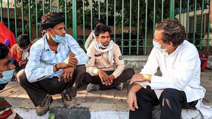 राहुल गांधी 16 मई को दिल्ली में सुखदेव विहार फ्लाईओवर के पास प्रवासी श्रमिकों के साथ बातचीत करते हुए