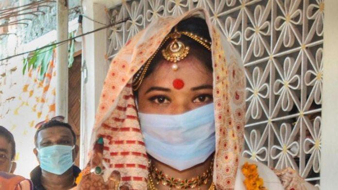 4 मई को असम के नागांव में एक दुल्हन ने फोटो खिंचवाई